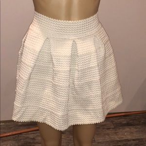 L'ATISTE BY AMY OFF WHITE PLEADED SKIRT SIZE SMALL